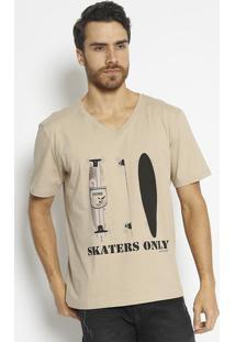 "Camiseta ""Skaters Only"" - Bege & Preta- M. Officerm. Officer"