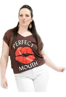 Camiseta Beijo Plus Size Vickttoria Vick Plus Size Marrom
