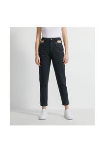 Calça Mom Jeans Com Vazado No Espelho De Bolso E Pingente De Coração