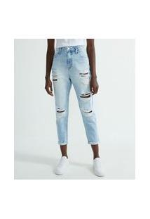 Calça Jeans Fit Mom Com Puídos E Patch No Bolso Traseiro