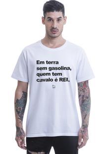 Camiseta Blast Fit Em Terra Se Gasolina, Quem Tem Cavalo É Rei. Branca