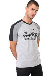 Camiseta Calvin Klein Jeans Bandeira Cinza/Preta