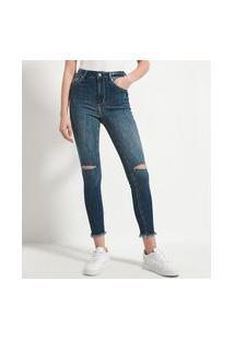 Calça Jeans Skinny Com Navalhados Nos Joelhos E Barra Desfiada