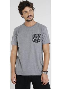 Camiseta Masculina Com Bolso Estampado De Caveira Manga Curta Gola Careca Cinza Mescla